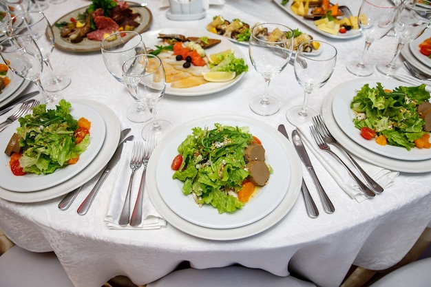 Table de banquet ronde servie avec des plats.