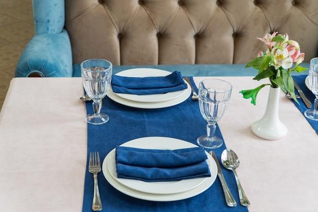 Table de banquet de service dans un restaurant luxueux de style bleu et clair