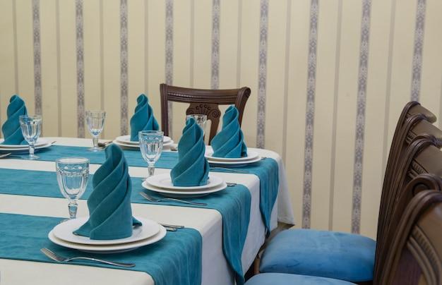 Table de banquet de service dans un restaurant luxueux de style turquoise et blanc