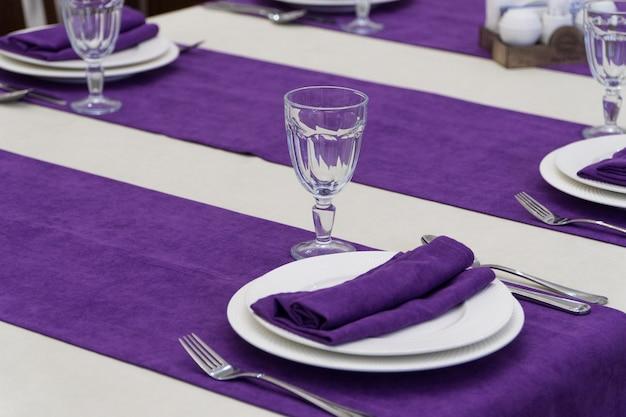 Table de banquet de service dans un restaurant luxueux de style violet et blanc