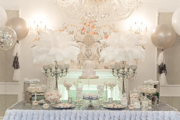 Table de bar à chocolat de mariage. gâteaux et autres friandises