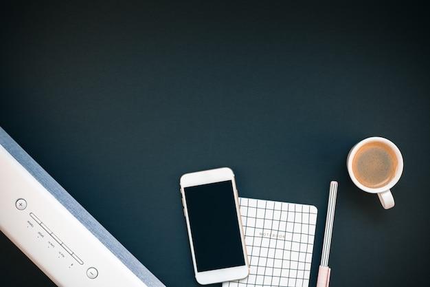 Table avec barre de son téléphone portable et tasse à café