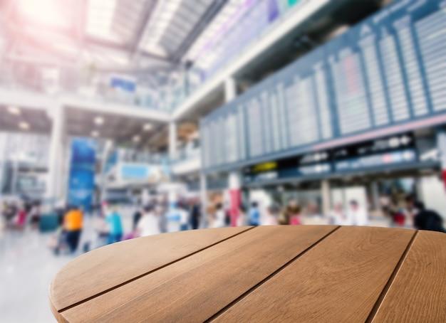 Table basse en bois avec fond d'aéroport
