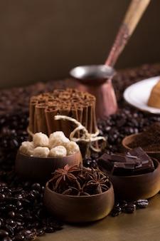 Table basse avec des morceaux de sucre, des chocolats et de la cannelle