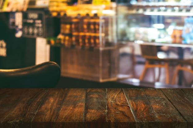 Table basse vide dans le café.