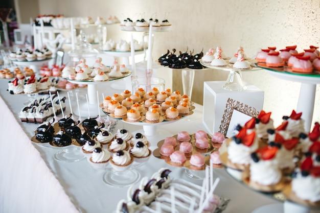 Une table avec de beaux et délicieux bonbons