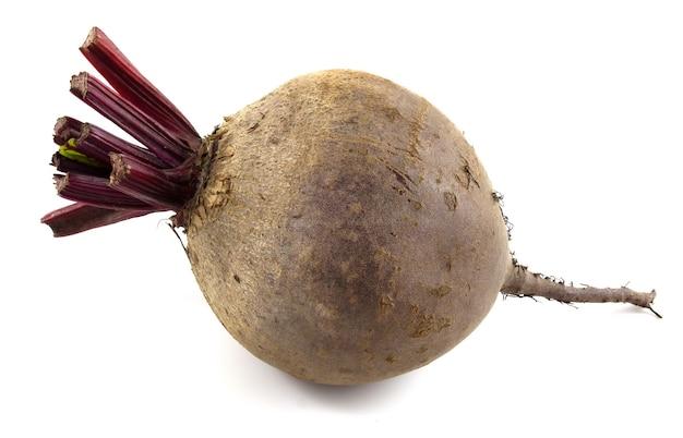 Table de betterave rouge isolée sur fond blanc. les légumes se bouchent.