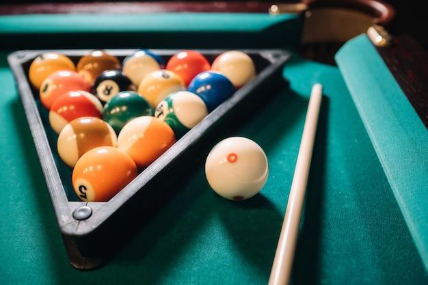 Table de billard avec surface verte et boules dans le club de billard.pool game.