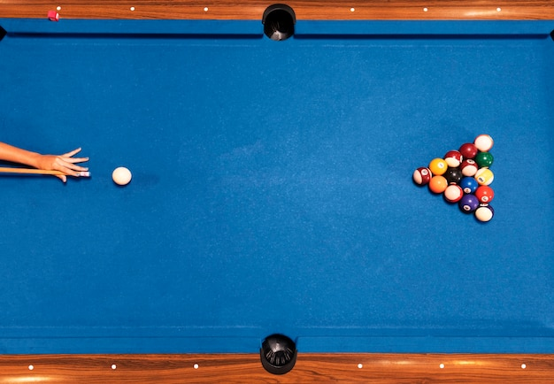 Table de billard vue de dessus avec fond bleu