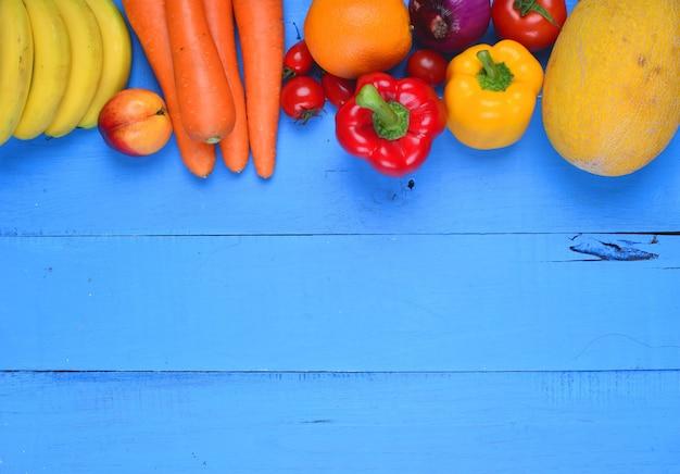 Table bleu avec des légumes et des fruits