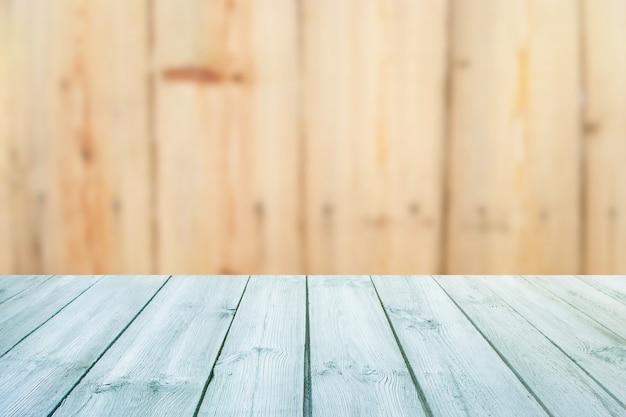 Table bleue sur le bois de texture d'arrière-plan flou