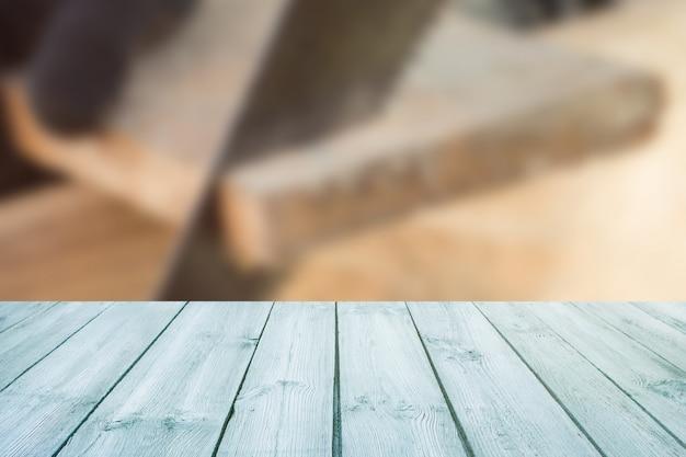 Table bleue sur fond de construction floue, bois scié-peut être utilisé pour afficher