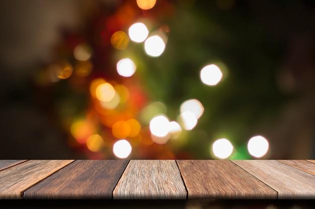 Table en bois blanc sur fond clair avant bokeh floue