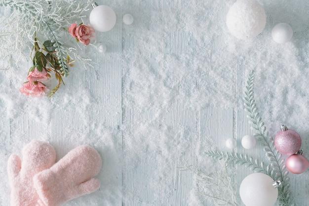 Table en bois blanc avec neige et décoration de noël. vue de dessus d'hiver créative. mise à plat minimale avec espace de copie.