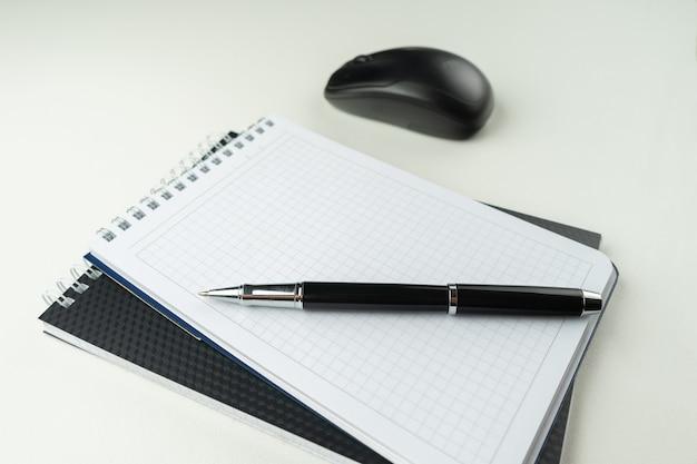 Table en bois blanc avec stylo, souris, cahier, . espace de travail avec espace de copie.