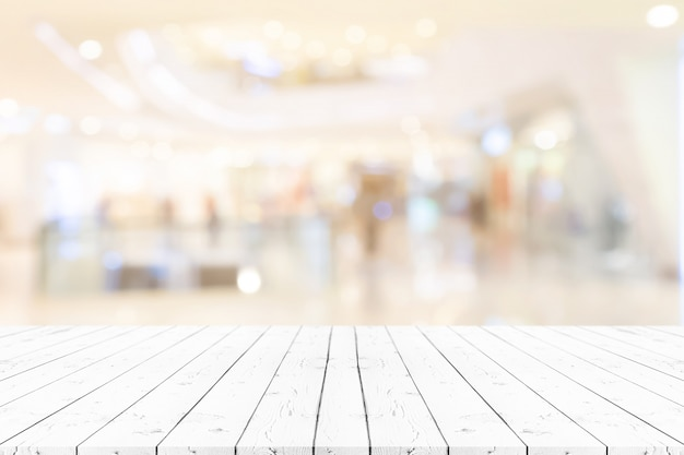 Table en bois blanc vide perspective sur fond flou
