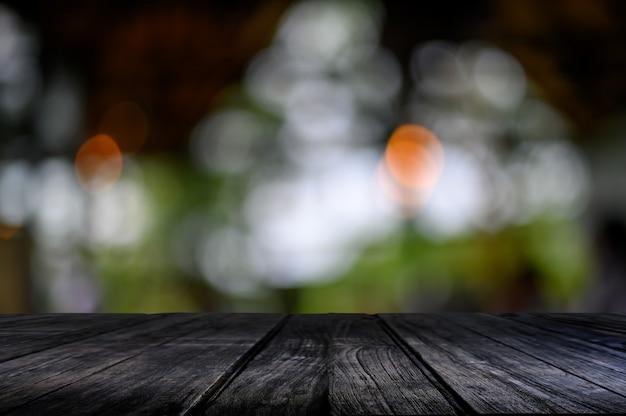 Table en bois sur bokeh nature