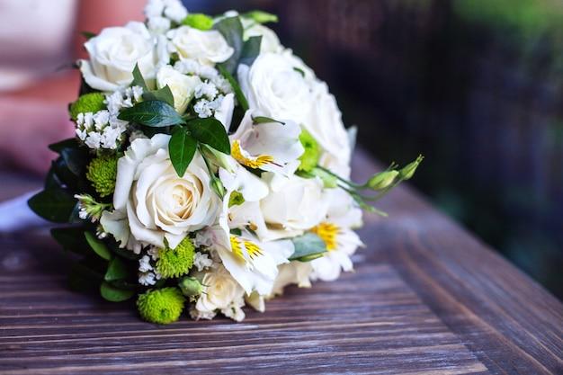 Table en bois bouquet de mariage.