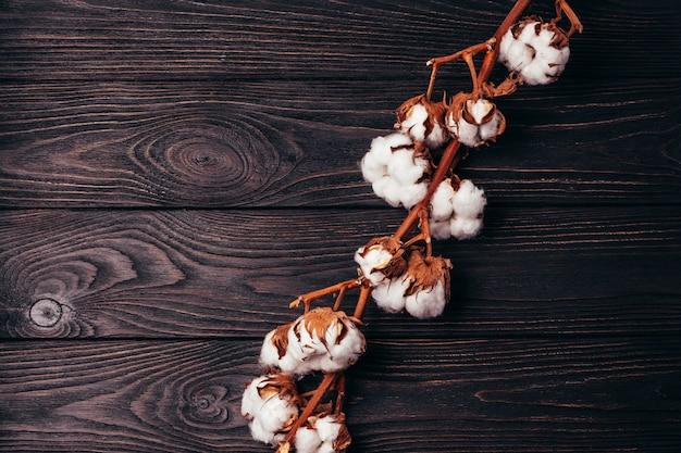 Table en bois avec une branche de coton