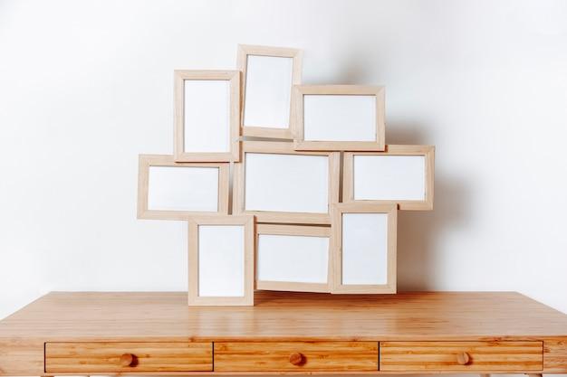 Table en bois avec cadres photo
