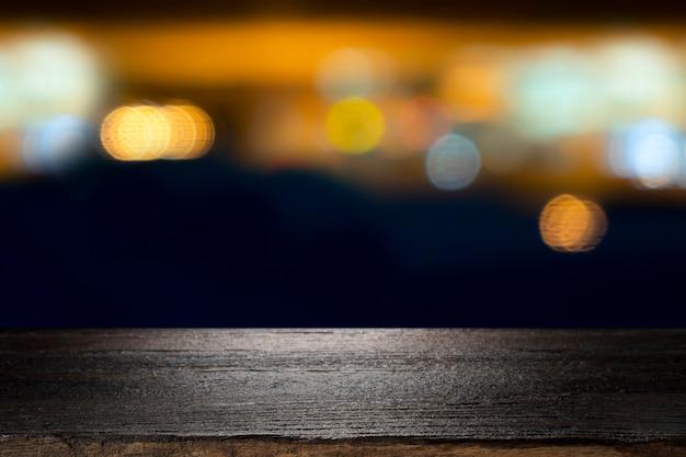 Table en bois avec café flou.