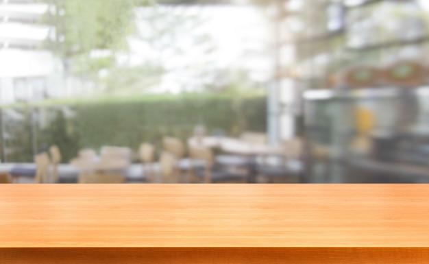 Table en bois dans l'arrière-plan flou du restaurant moderne