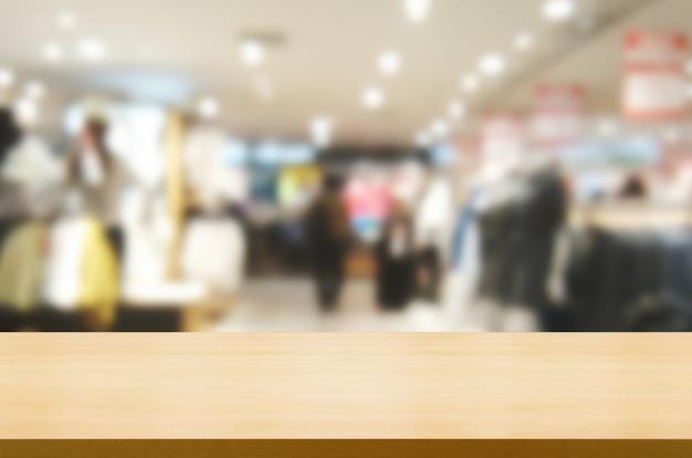 Table en bois dans un centre commercial ou un grand magasin.