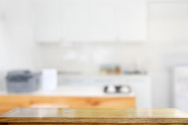 Table en bois dans la cuisine