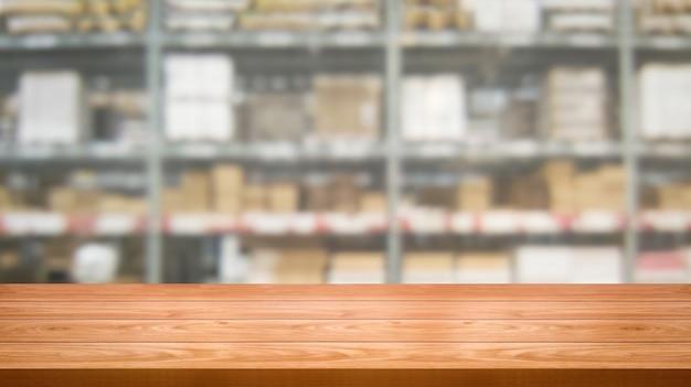 Table en bois dans l'entrepôt de stockage arrière-plan flou.