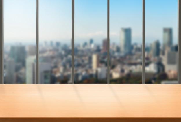 Table en bois dans le fond de bureau moderne du centre ville