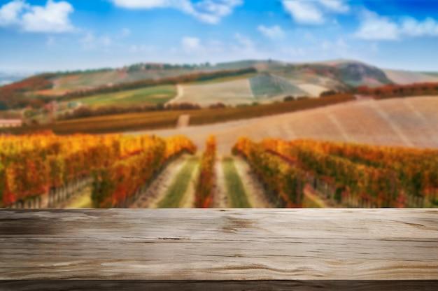 Table en bois dans le paysage de vigne automne.