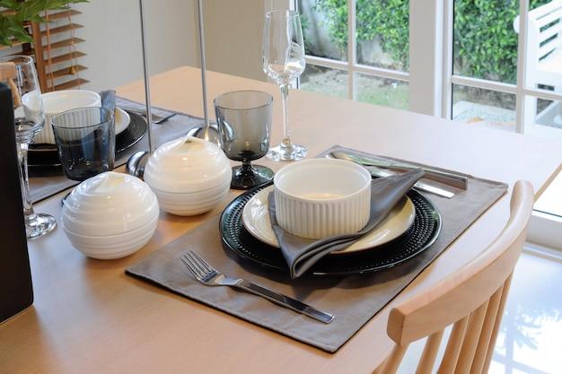 Table en bois dans la salle à manger avec mise de table élégante