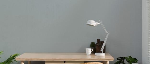 Table en bois avec décorations de tasse de lampe et espace de copie avec rendu 3d de fond de mur loft