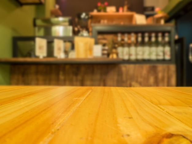 Table en bois devant un arrière-plan flou abstrait