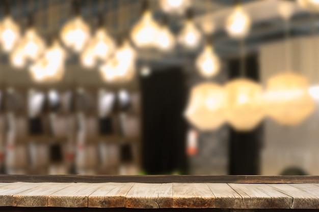 Table en bois devant des guirlandes décoratives d'intérieur.