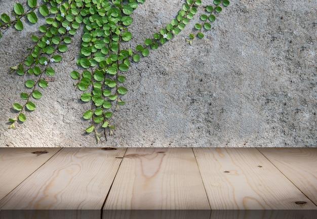 Table en bois devant la salle du mur