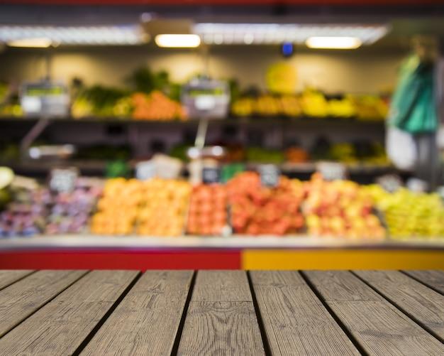 Table en bois donnant sur le marché