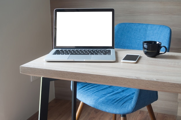 Table en bois avec espace copie vierge ordinateur portable dans la salle de travail.
