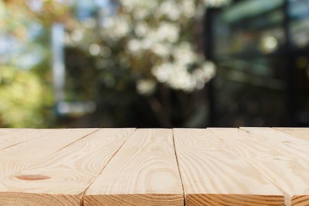 Table en bois en face de l'arrière-plan flou abstrait bokeh