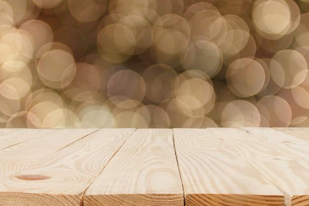 Table en bois en face de fond abstrait bokeh