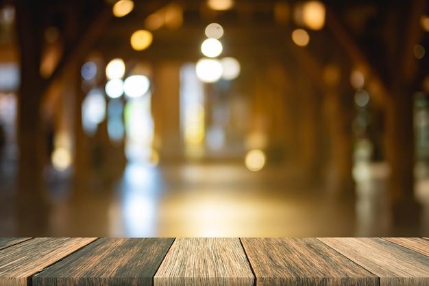 Table en bois floue devant le marché de nuit de nuit floue