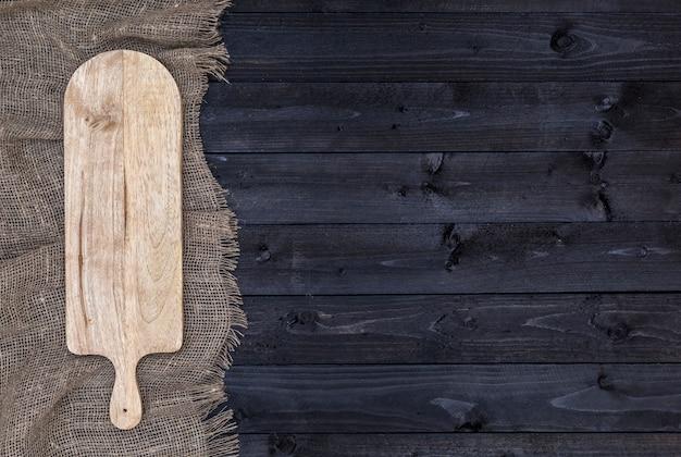 Table en bois foncé avec planche à découper, vue de dessus