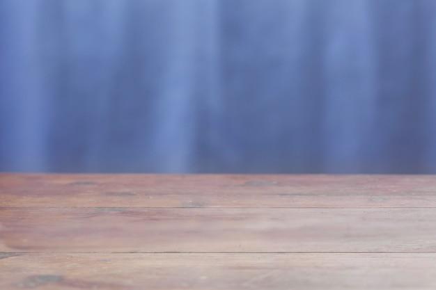 Table en bois sur fond bleu