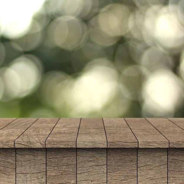 Table en bois et fond flou avec montage pour produit.