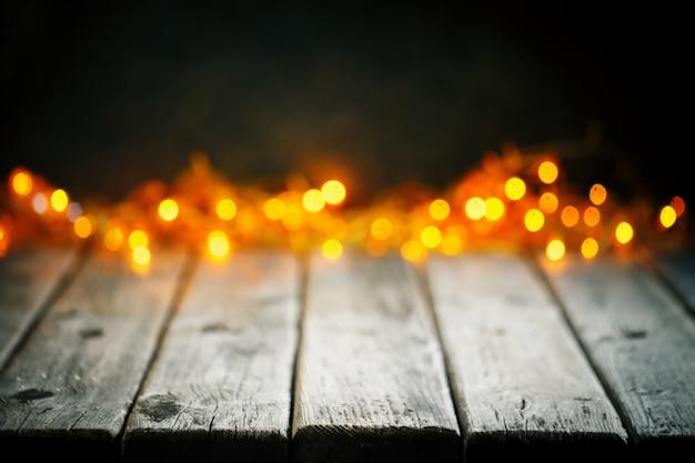 Table en bois sur fond de lumières de noël bokeh