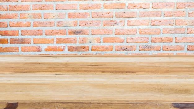 Table en bois avec fond de mur de brique