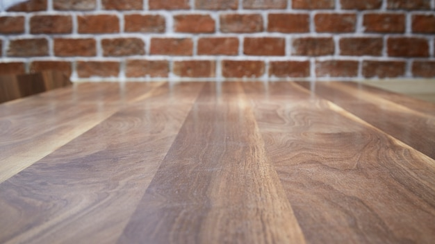 Table en bois et fond de mur de brique