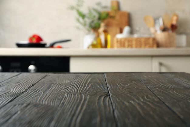 Table en bois sur fond de salle de cuisine flou
