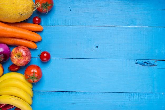 Table en bois avec des fruits et légumes