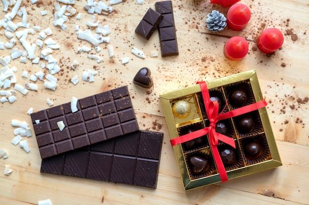 Table en bois avec goodies, beaucoup de chocolat et décoration, vue de dessus